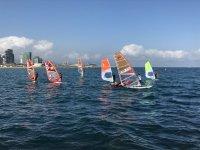 Mar Bella 海滩的风帆冲浪课程启动 4 小时