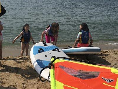 Mar Bella 海滩的风帆冲浪课程启动 8 小时