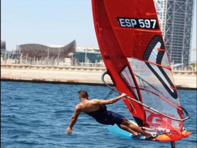 巴塞罗那海岸 2 小时的滑浪风帆课程