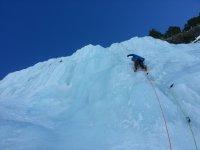 在冰上攀登