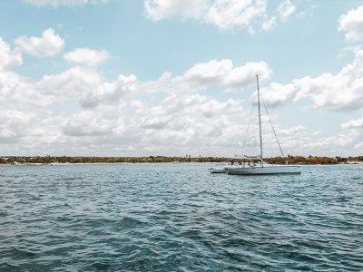 乘坐帆船前往 La Puntilla 海滩 6 小时