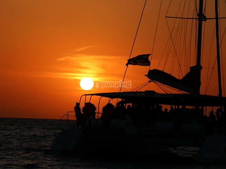 Alquilar velero con patrón al atardecer en Cádiz