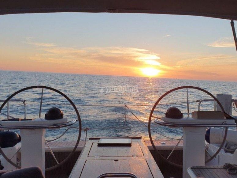 Navegar en velero por Cádiz al atardecer