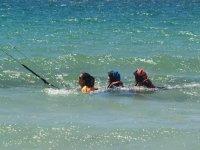 Alumnas aprendiendo kite