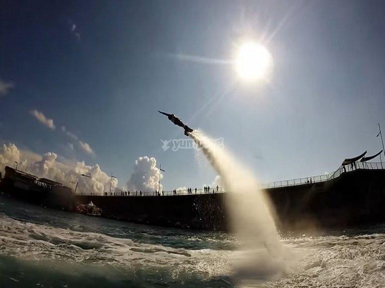 Volare con il flyboard sotto il sole