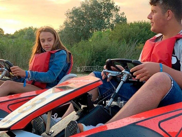 乘坐双人水上卡丁车穿越扎哈拉水库