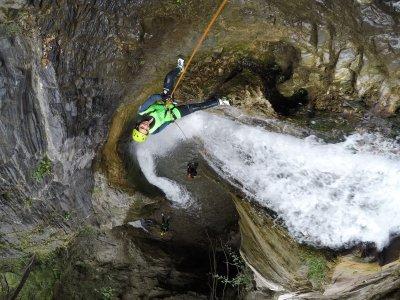 位于 Júzcar 的 Sima del Diablo 峡谷的下降