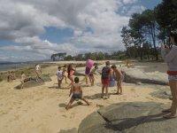 Jugando en la playa en Arosa