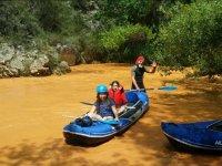 Chicas en la canoa en el rio