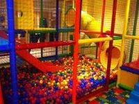 Toboganes en la piscina de bolas