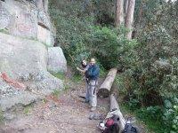 dos personas en el suelo a punto de escalar