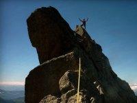 在山脊上铁索攀岩路线壮观