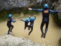 Saltando juntos al rio