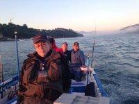 共享与其他钓鱼爱好者探索海底
