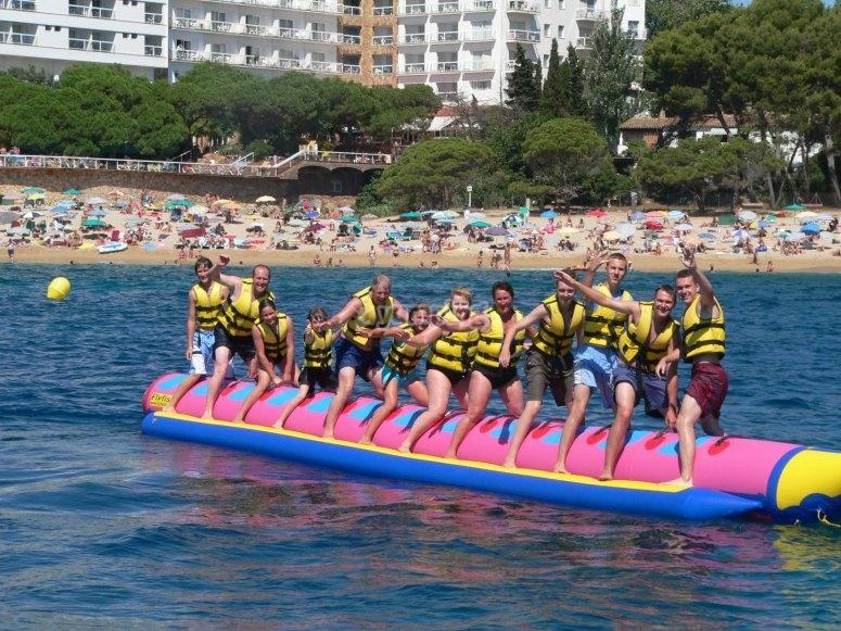 Familia al completo en la banana boat