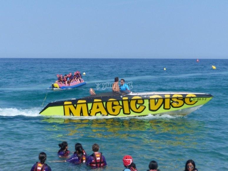 Nuestra lancha arrastrando la banana boat