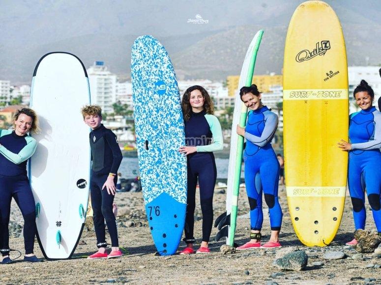 Con las tablas antes de surfear