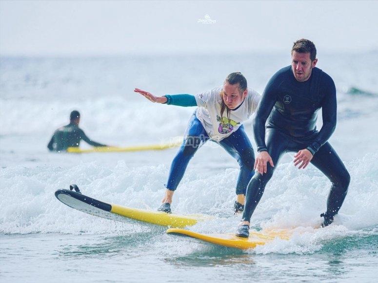 Junto al monitor surfeando