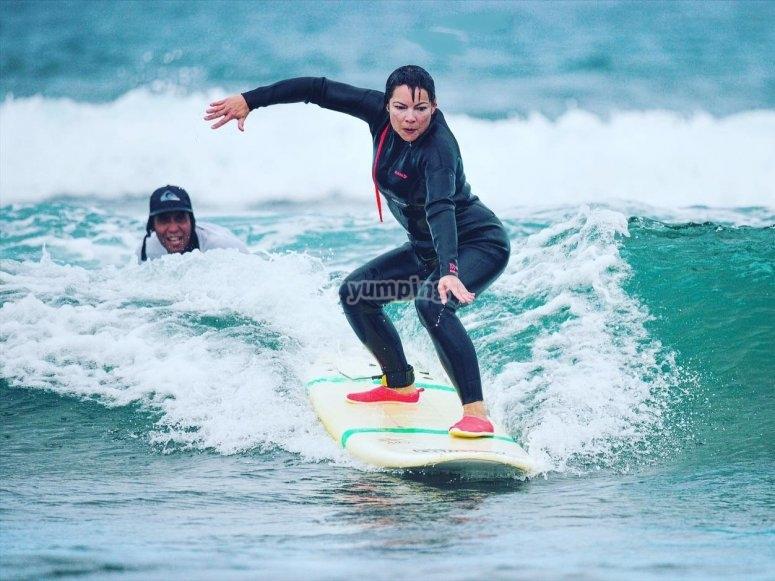 Surfer en playa de las Américas
