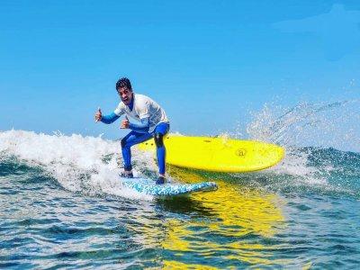 Clase de surf privada en grupo playa Las Américas