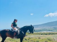 Joven sobre el caballo durante la ruta
