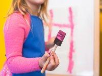 Chica pintando en el campamento