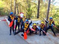 Divirtiendose con palas de rafting en Castellon