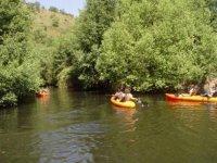 Dos personas en canoas