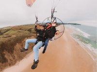 在马拉加海岸上滑翔伞