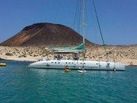 sube a nuestro catamaran de lujo