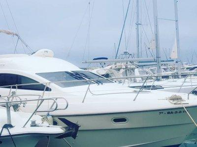 豪华游艇租赁与船长在坎布里尔斯 4 小时