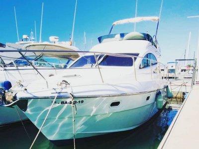豪华游艇租赁与船长在坎布里尔斯 8 小时