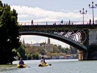 Triana桥下的皮划艇