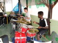 Alumnos tocando la batería