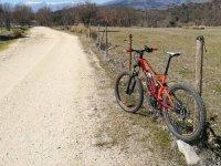 Bicicleta en el camino de Candeleda