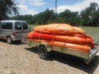 Auto che trasporta diverse canoe