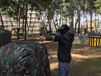 Disparando la flecha de archery tag en Salou