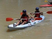车上载着几个独木舟享受瓜达尔基维尔河,乘船双座艇