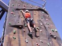 aprendiendo a escalar en el rocodromo de pita