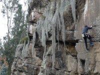 hombre disfrutando de la escalada