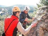 una pareja de amigos preparandose para escalar