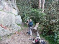 una pareja en el suelo a punto de escalar