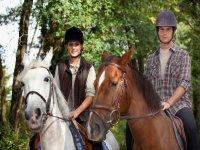 dos jovenes a los lomos de un caballo
