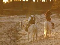 una pareja disfrutando de un paseo a caballo