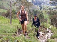 dos chicas caminando por la naturaleza