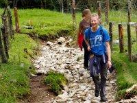 giovani che camminano attraverso la natura