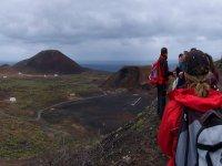 自然行走的人享受着他们周围的环境游览的顶部