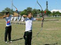 dos jovenes practicando tiro con arco
