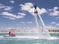 在阿尔库迪亚(Alcudia)海湾的飞行板