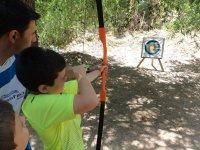 nino practicando tiro con arco